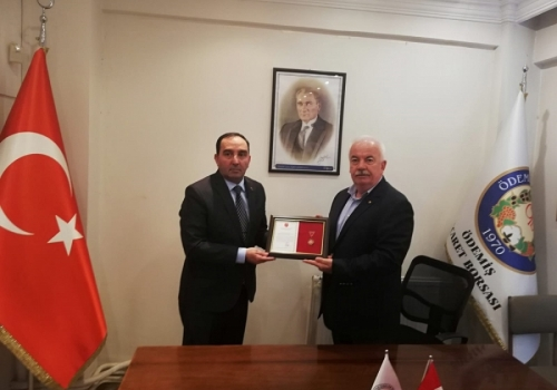 Türk Silahlı Kuvvetleri Güçlendirme Vakfı yetkilisi Ödemiş Ticaret Borsası'na Madalya Beratı Plaketi takdim etti: